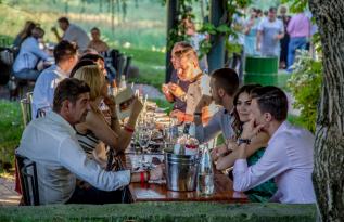 Idei de petreceri after work în București: Cum îți crești fericirea dacă ești corporatist