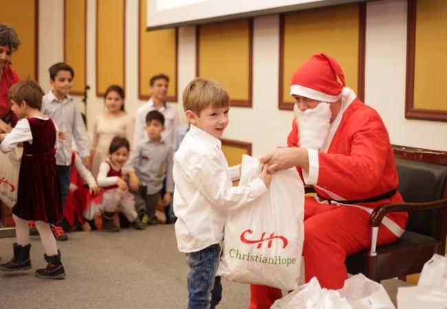 Crăciunul copiilor: bucuria de a face bine