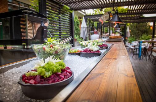 Glucoza Bar, terasa din București din inima Grădinii Caro, te așteaptă cu un meniu de excepție